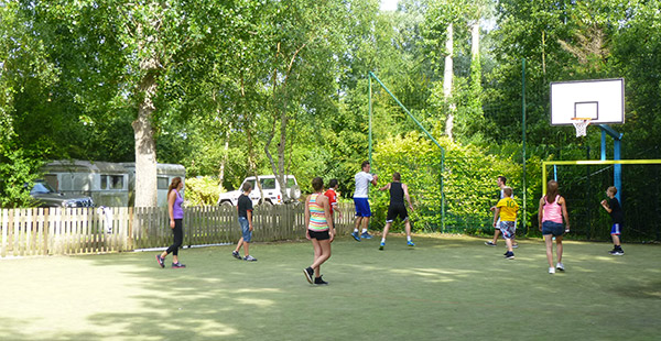 Avec ses aires de jeux pour les enfants, les deux étangs pour les amateurs de pêche, terrain multisports, tennis, deux piscines chauffées (dont une couverte) notre camping saura satisfaire tous les membres de la famille !